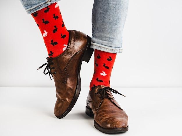 Яркие, забавные носки, винтажные и коричневые туфли