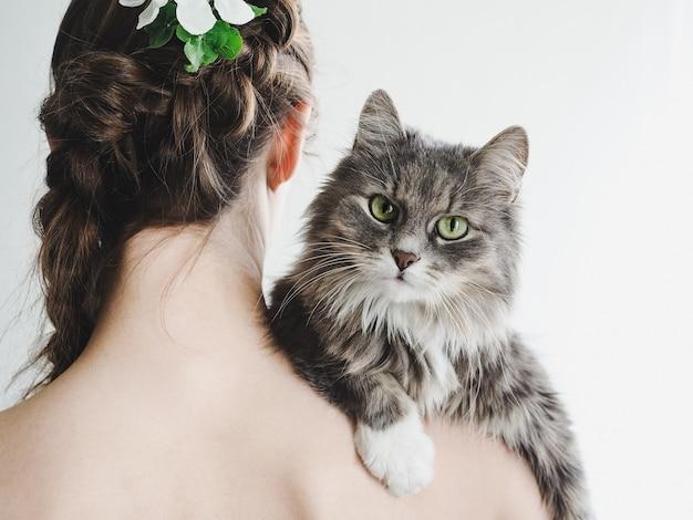 Милый, пушистый котенок и заботливая женщина