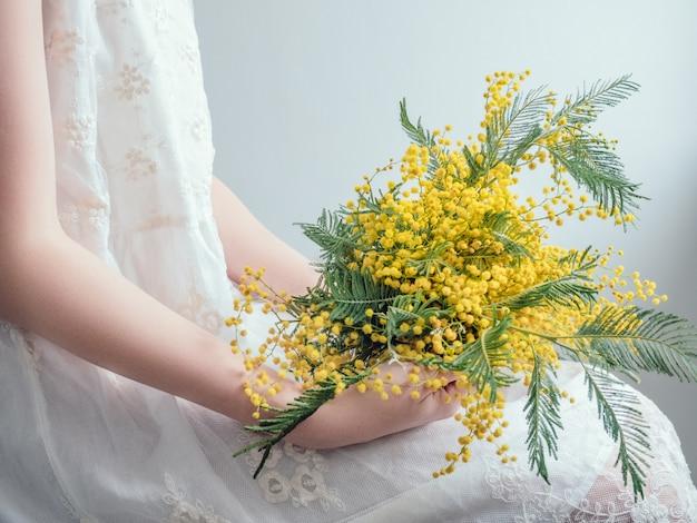 明るく、黄色い花の花束