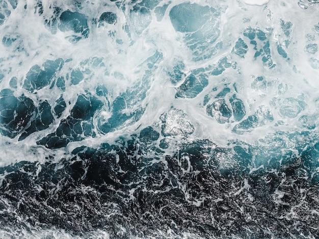 След круизного лайнера на поверхности моря
