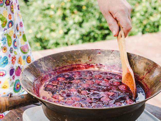 古い、銅鍋、木のスプーンと梅ジャム