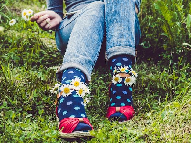 女性の足、ファッショナブルな靴、明るい靴下