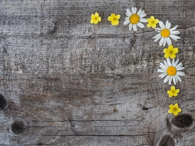 咲く、鮮やかな花の美しい花束。閉じる。