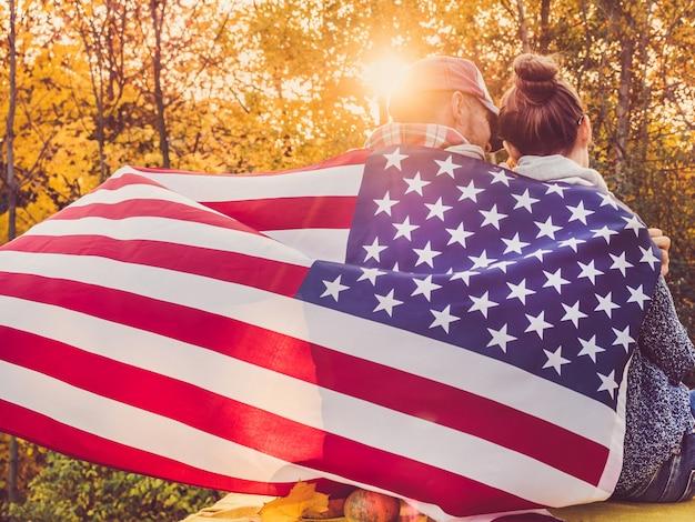 米国旗を保持している幸せな夫婦