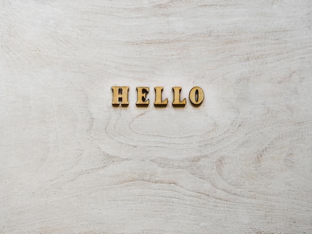 ホワイトボードの上に横たわる木製の手紙