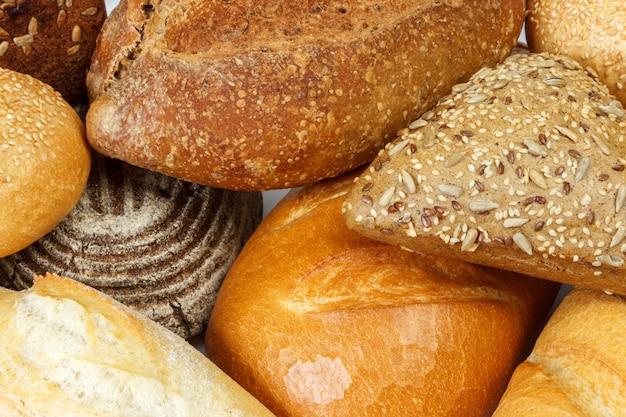 焼きたてのパンとパンの盛り合わせをクローズアップ