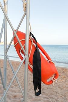 ビーチの人命救助ビーチでオレンジ色のブイとライフガードタワー。