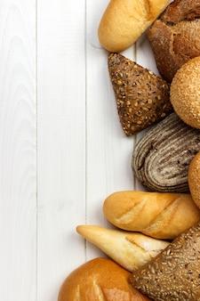 白い木のパンの盛り合わせ