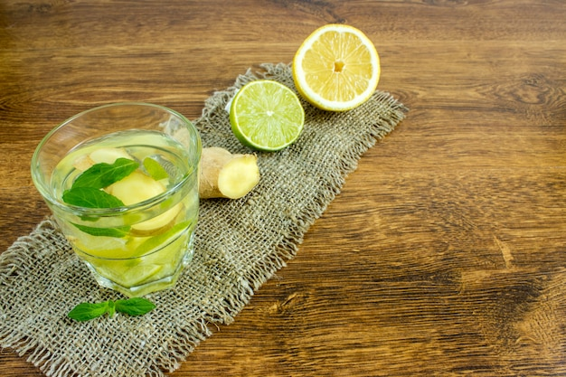 レモンとライムをグラスに入れた有機ジンジャーエールソーダ