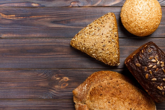 Ассортимент хлеба на деревянный стол