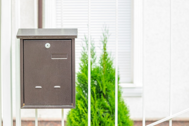 Почтовый ящик на старых классических железных дверях. традиционный металлический почтовый ящик