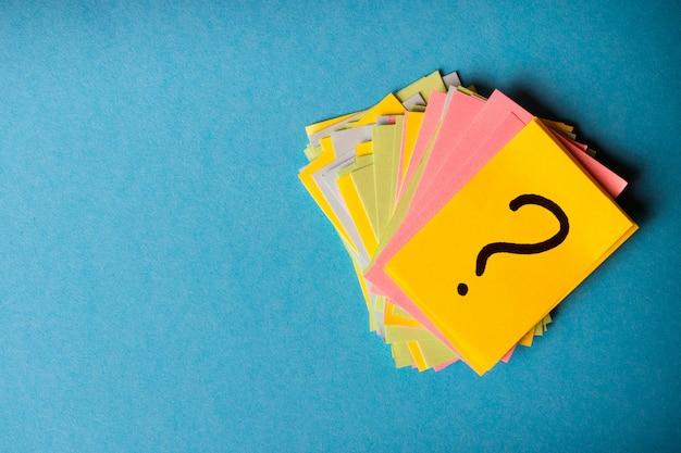 Вопросительные знаки, письменные напоминания, билеты