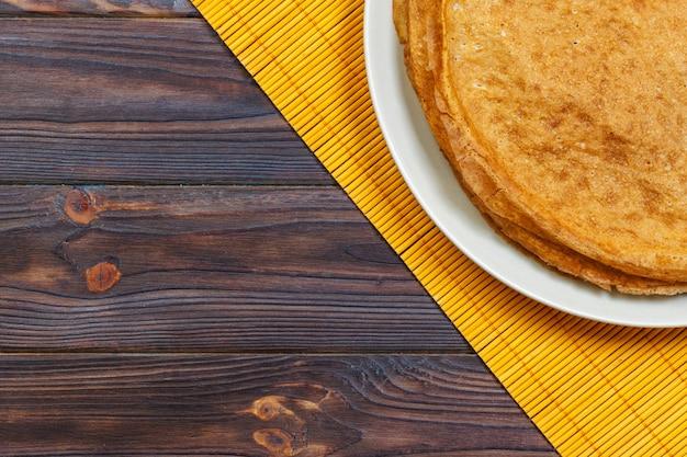 ロシアのパンケーキ週トップビューの伝統的なケフィアバターミルクパンケーキのスタック