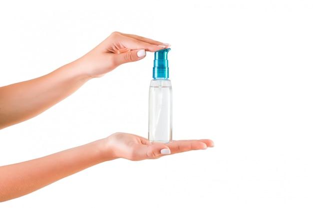 Женская рука держит крем бутылку лосьона, изолированные