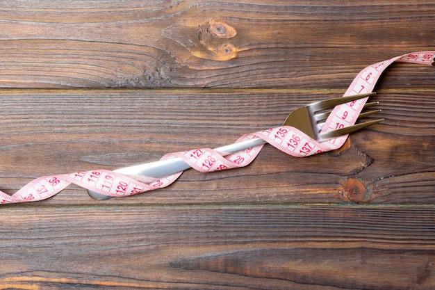 フォークは木製の測定テープに包まれています