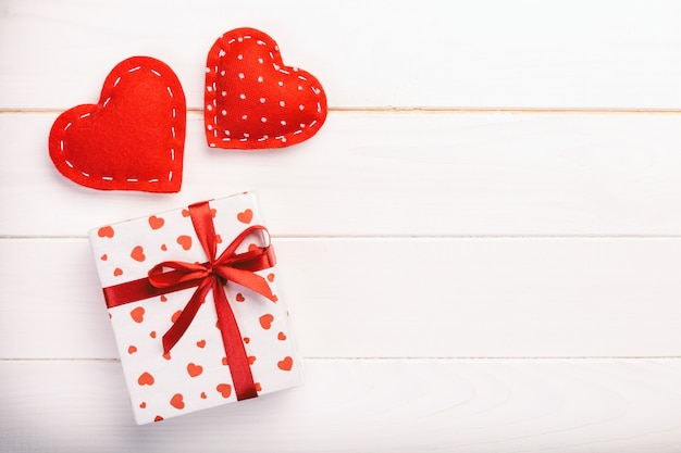 赤いハートとギフトボックスが紙にバレンタインプレゼント