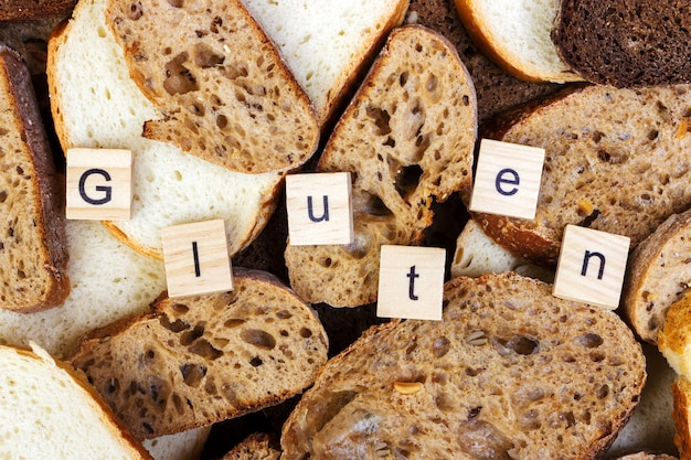 グルテンテキスト。テーブルの上にパンをスライス、グルテンフリーのコンセプト。アレルギーを持つ人向けの自家製グルテンフリーパン