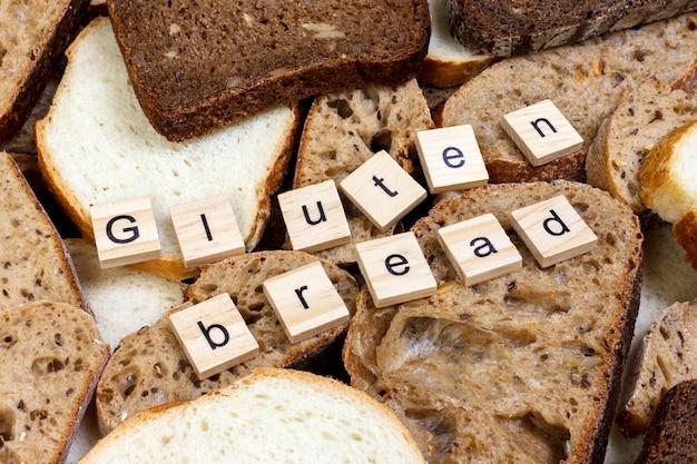 グルテンパンのテキスト。テーブルの上にパンをスライス、グルテンフリーのコンセプト。アレルギーを持つ人向けの自家製グルテンフリーパン