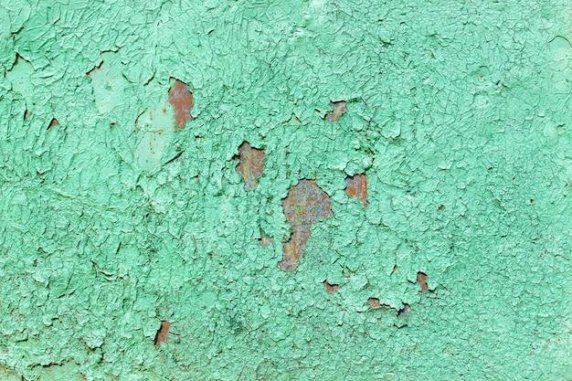 古い塗装金属表面の背景。さびた金属、剥離ペイント、緑の色調、明るい色。