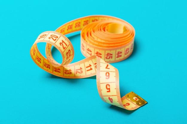もつれた測定テープのクローズアップ