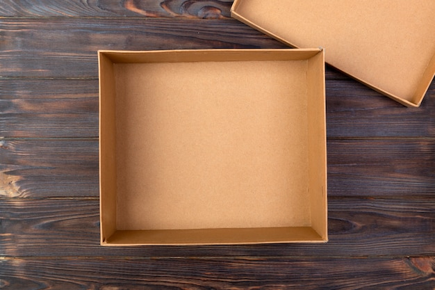 茶色の空の段ボール箱を開けた