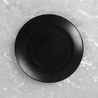 Черная круглая тарелка