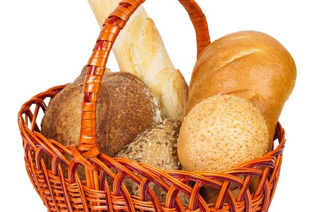 Хлеб в корзине. изолированные на белом