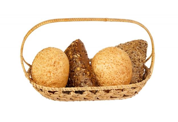 かごの中のさまざまな種類のパン