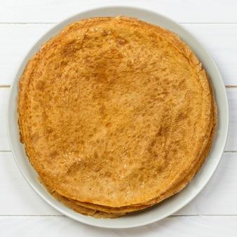 ロシアのパンケーキ週間トップビューの伝統的なケフィアバターミルクパンケーキのスタック