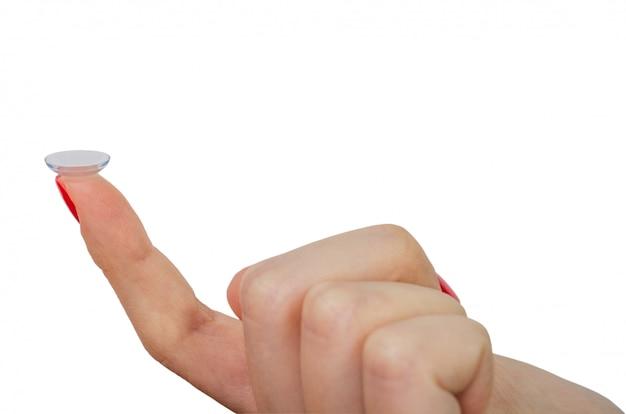 Женский палец с контактной линзой