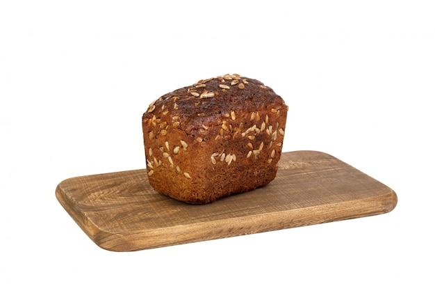 Черный хлеб на доске