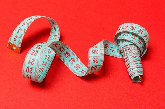 赤のスパイラル測定テープの斜視図