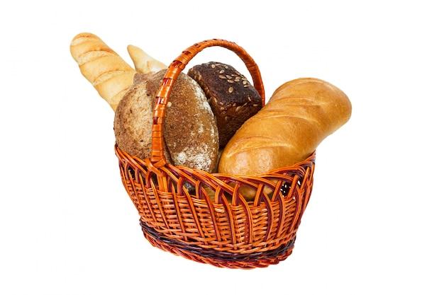Свежий хлеб с пшеницей в плетеной корзине на белом