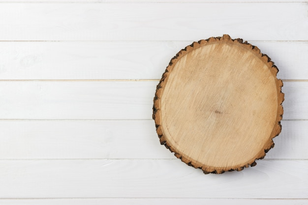 Деревянная доска доски на деревянном столе