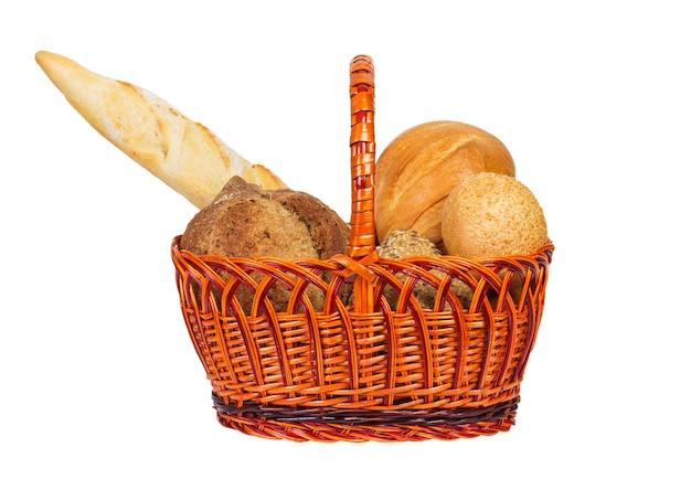 Различные виды хлеба в корзине, изолированные на белом