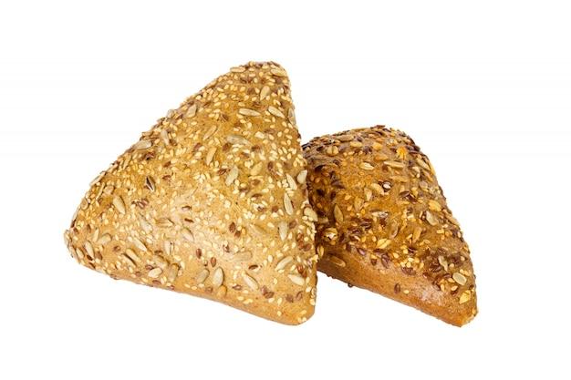 Крупным планом два ржаного хлеба с семенами льна, изолированные на белом