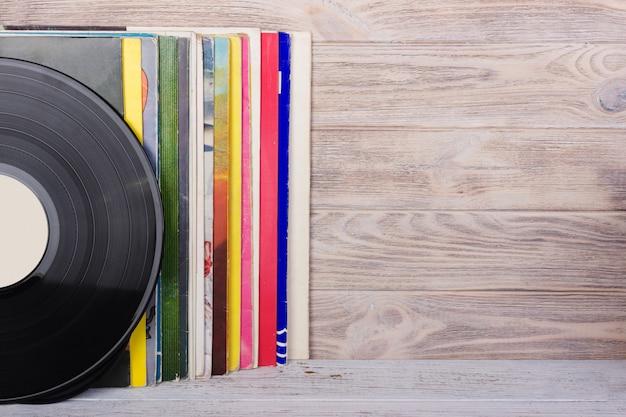ビニールレコードとテーブルの上のヘッドフォン。ビンテージビニールディスク