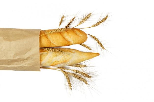 Мини багеты в пакете с пшеницей на белом