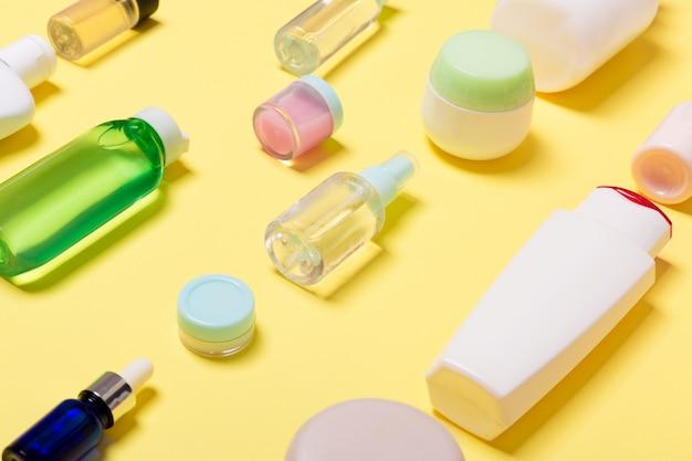 さまざまなサイズの化粧品の瓶とボトルの組成
