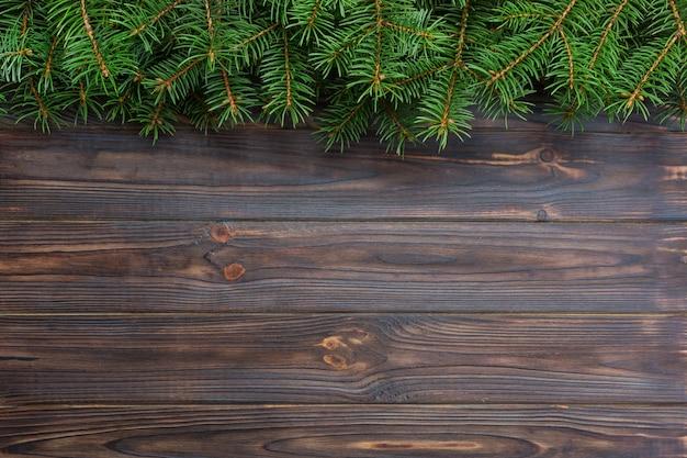 木製の背景にクリスマスのモミの木。上面図