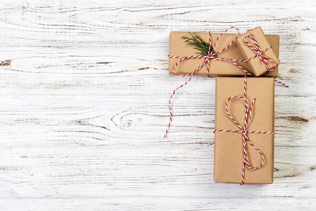 木製のテーブル背景に置かれたクリスマスプレゼント