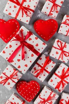 女性の手を与える赤いリボンと紙で包まれた休日の手作りプレゼント