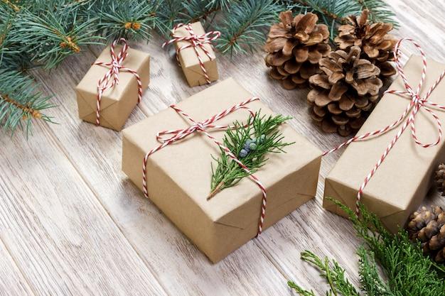 Упаковка подарков к празднику на белом вид сверху макет