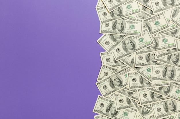 ドル札、紫色の背景に