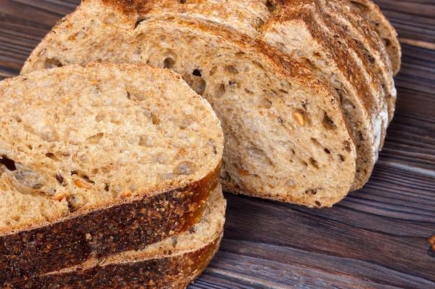 木製のテーブルのクローズアップに黒パンをスライス