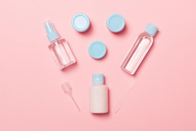 ピンクの旅行サイズ化粧品ボトルのセット