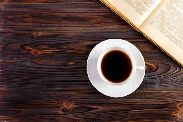 Чашка кофе на деревянном столе