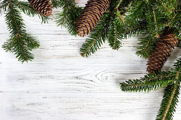 木製のコーンとクリスマスツリーの枝