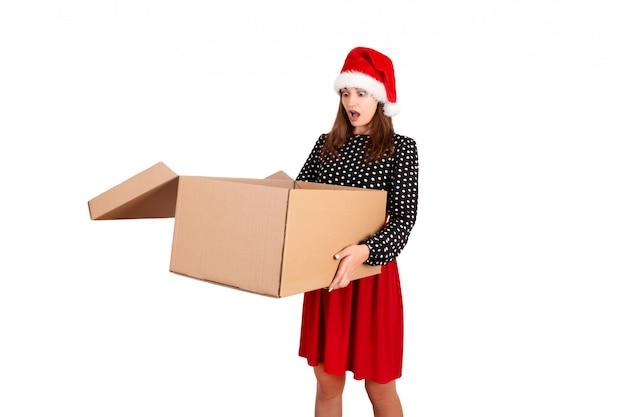 立っていると開いている大きなギフトカートンボックスを保持している興奮した少女に衝撃を与えた。孤立した