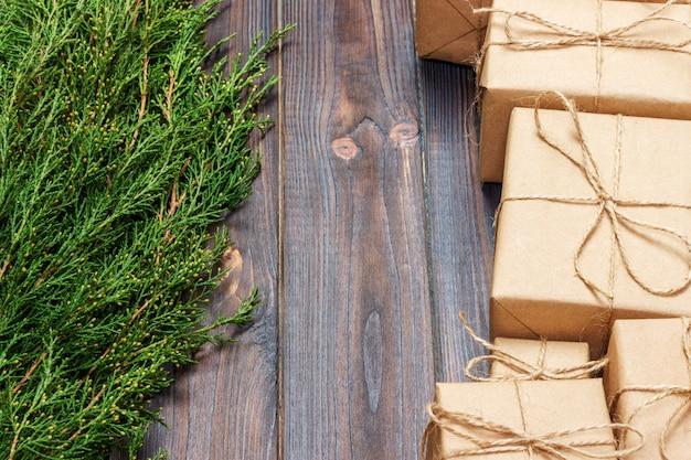 クリスマスのモミの木の枝を持つ多くのギフトボックス。クリスマスのコンセプト